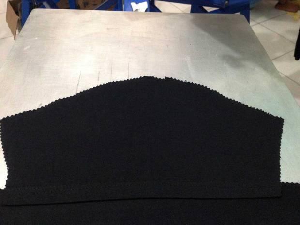 Letakkan potongan kain di plat/triplek yang sebelumnya sudah diberi lem meja sablon
