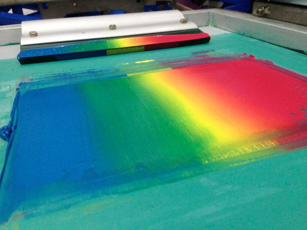 7. Pada tahap ini ketiga warna kita mixing dulu agar warnanya bercampur seperti terlihat di gambar (Jangan gesut di atas potongan bahan yang sudah diberi underbased, lakukanlah dahulu di tempat lain